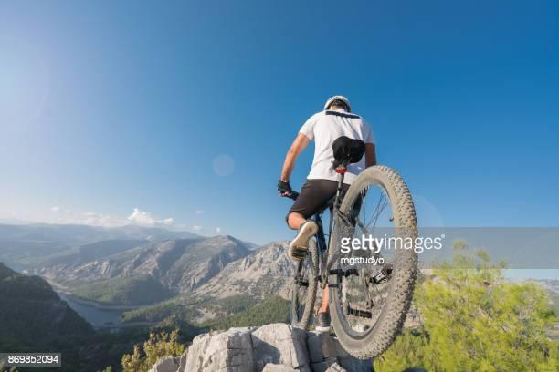 Mountain Biker Reiten auf einem felsigen Hügel