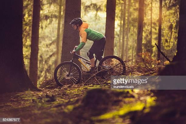 Mountain Biker Reiten im Wald-Track