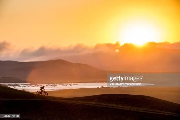 silueta de ciclista de montaña en puesta del sol. perú. - paisajes de peru fotografías e imágenes de stock