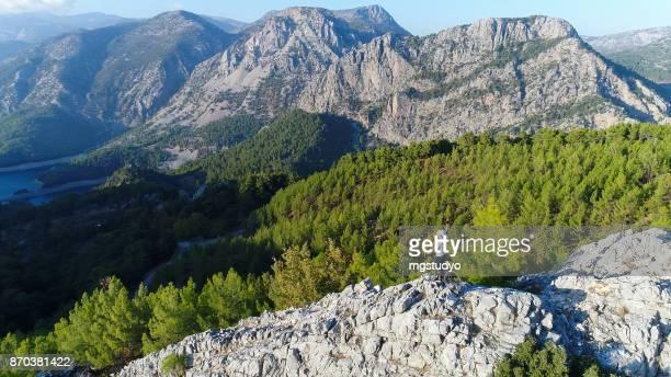 Mountainbiker staande op een rotsachtige heuvel