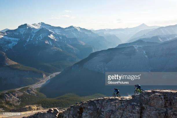 崖の端に沿ってマウンテンバイク - 男子自転車 ストックフォトと画像