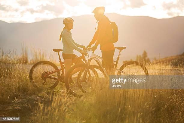 Mountainbiken Paar in den Bergen der westlichen USA.