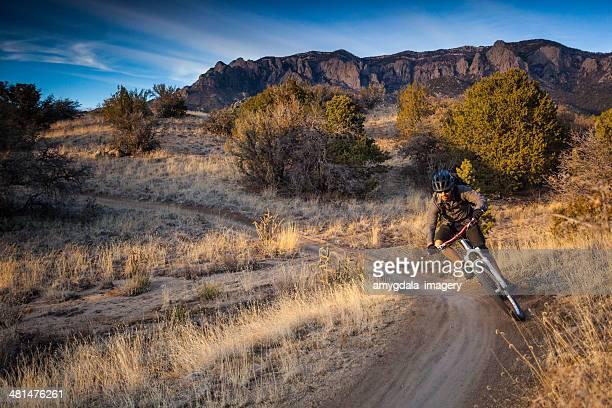 ciclismo de montaña; horizontal - desierto sonorano fotografías e imágenes de stock