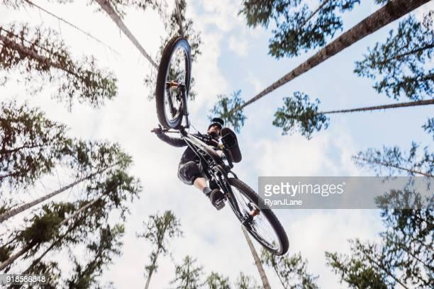 Mountainbiking Mann bekommt Big Air aus Jump