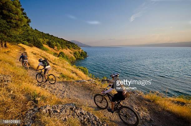 mountain biking over lake ohrid - macedonië land stockfoto's en -beelden