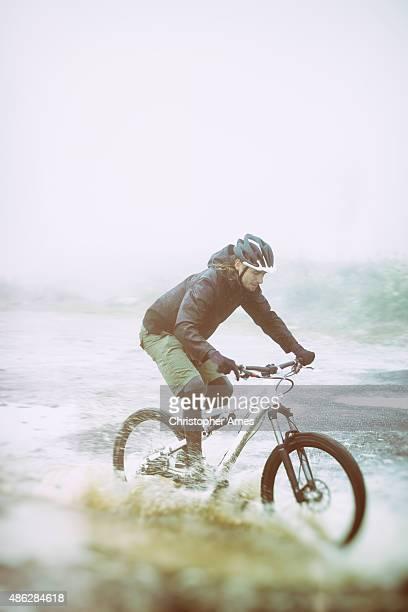 マウンテンバイク-、水たまりでしぶき