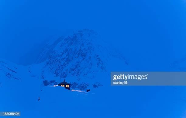 Cabaña de montaña en la nieve de invierno