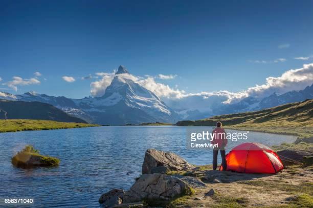 berg camping am sonnigen tag mit blick aufs matterhorn - camping stock-fotos und bilder