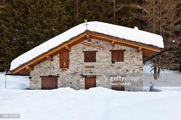 chalet di montagna - valle d'aosta foto e immagini stock