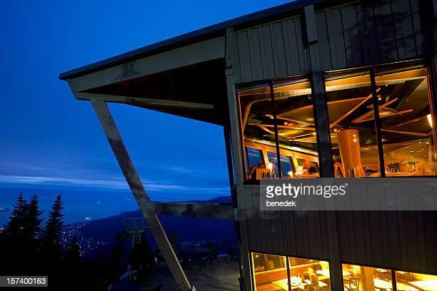 山のシャレー、レストラン - grouse mountain ストックフォトと画像