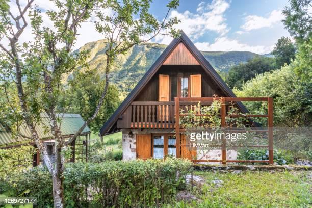 bergchalet mit herrlichem blick auf die alpen - slowenien stock-fotos und bilder