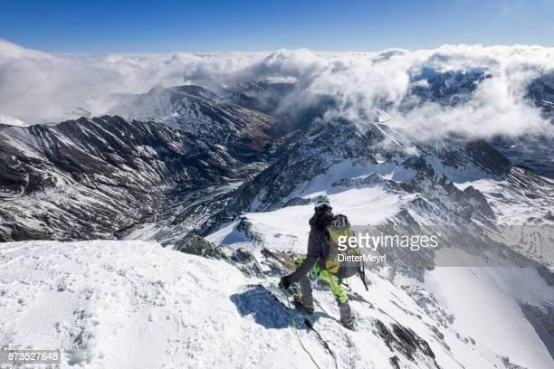 Trepador de la montaña en el Grossglockner, Alpes austríacos