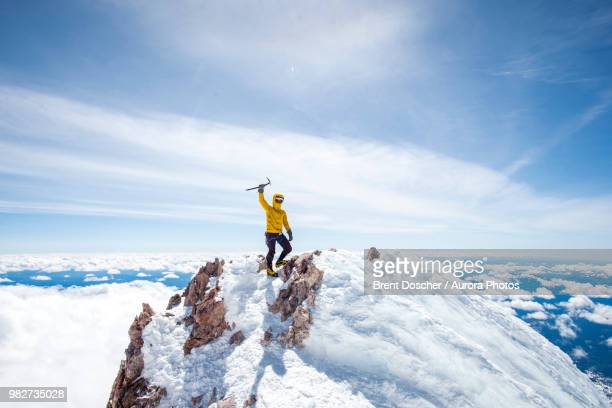 mountain climber at summit of mt shasta, california, usa - bergpiek stockfoto's en -beelden
