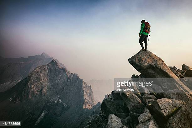 mountain climbing - vastberadenheid stockfoto's en -beelden