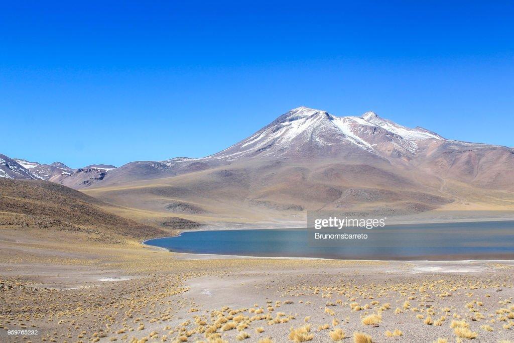 Berg mit Schnee und See in der Atacama-Wüste, Chile bedeckt. : Stock-Foto