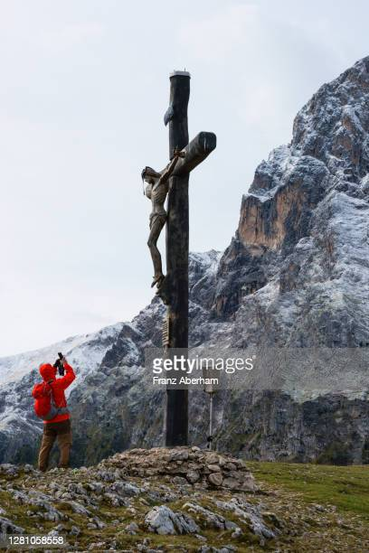 mountain cross in front of corno grande, gran sasso, italy - gran sasso d'italia foto e immagini stock