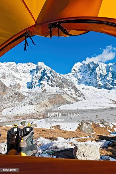 Mountain dome tent Blick auf die schneebedeckten Gipfel Himalajagebirge Nepals