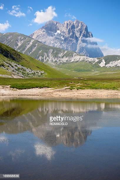 lago di montagna e corno grande-campo imperatore, abruzzo italia - gran sasso d'italia foto e immagini stock