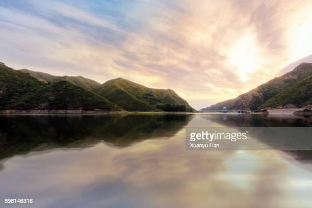 mountain lake at sunset - dique barragem imagens e fotografias de stock