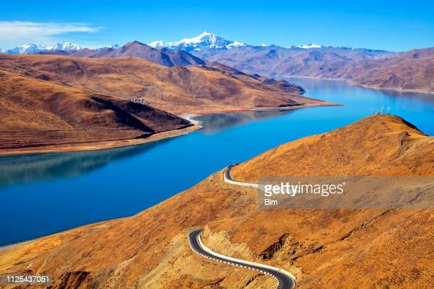 mountain lake, himalaya, tibet - tibet stock pictures, royalty-free photos & images