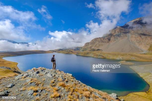 lago di montagna sul sentiero che parte dal passo nivolet , un passo di montagna situato nel parco nazionale del gran paradiso. valle d'aosta, italia - parco nazionale del gran paradiso foto e immagini stock