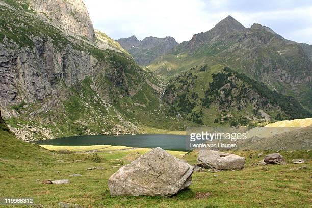 mountain lake pyrenees, lac d'espingo - バニエールドルション ストックフォトと画像