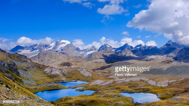 laghi di montagna sul sentiero che parte dal passo nivolet , un passo di montagna situato nel parco nazionale del gran paradiso. valle d'aosta, italia - parco nazionale del gran paradiso foto e immagini stock
