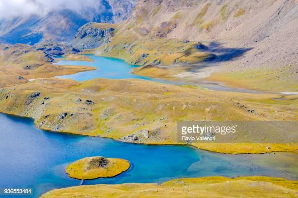 laghi di montagna sul sentiero che parte dal passo nivolet , un passo di montagna situato nel parco nazionale del gran paradiso. valle d'aosta, italia - valle d'aosta foto e immagini stock