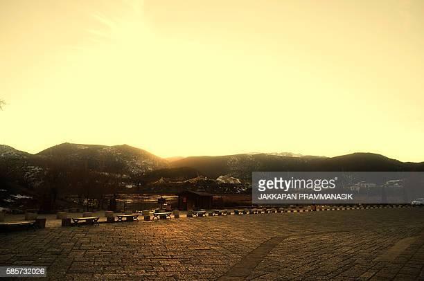 mountain landscape in songzanlin monastery - songzanlin monastery stockfoto's en -beelden