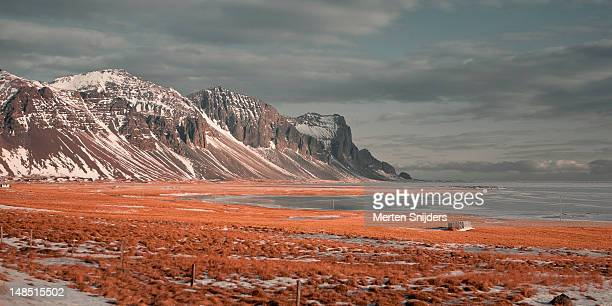 mountain landscape on the hringvegur. - merten snijders stockfoto's en -beelden