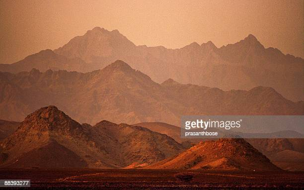 mountain layers  - oman stock pictures, royalty-free photos & images