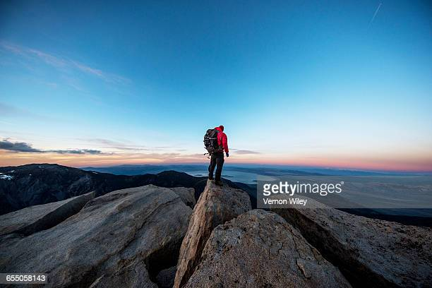 mountain man on a summit - bergpiek stockfoto's en -beelden