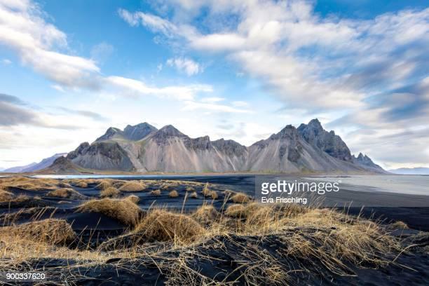 mountain massif horn, dunes, black sand, stokksnes, hoefn i hornafirdi, hornafjoerdur, iceland - austurland stock-fotos und bilder