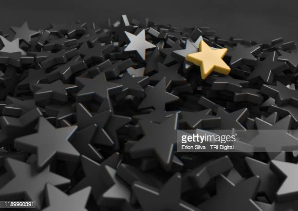 mountain of gray stars and one golden one highlighted at the top. - 採点 ストックフォトと画像