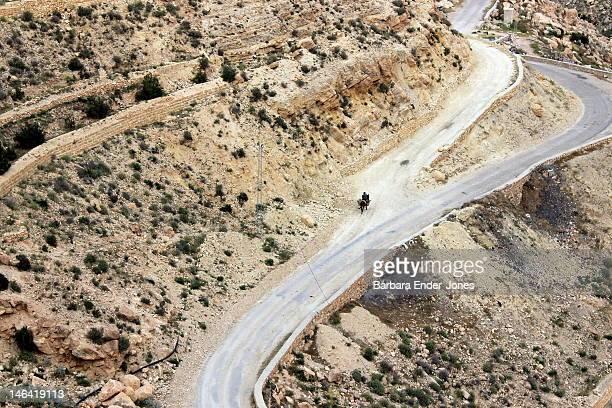 mountain pass on matmata road - bergpass stock-fotos und bilder