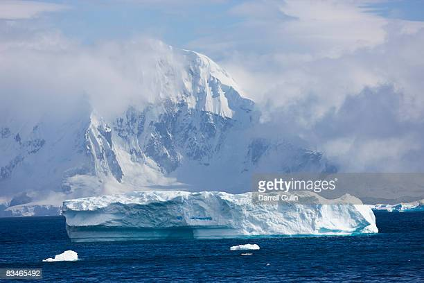 mountain peak along the antarctica pennisula - ijsschots stockfoto's en -beelden