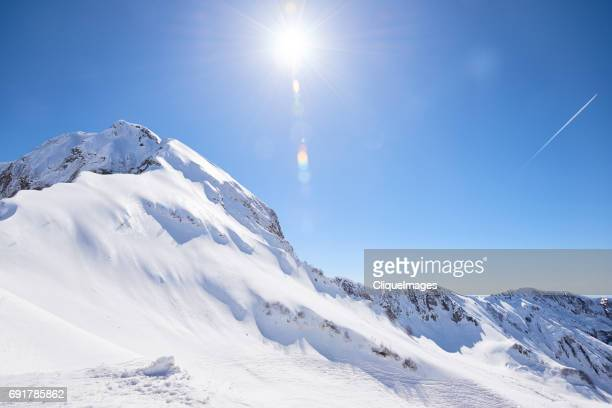 mountain peak on sunny day - cliqueimages - fotografias e filmes do acervo