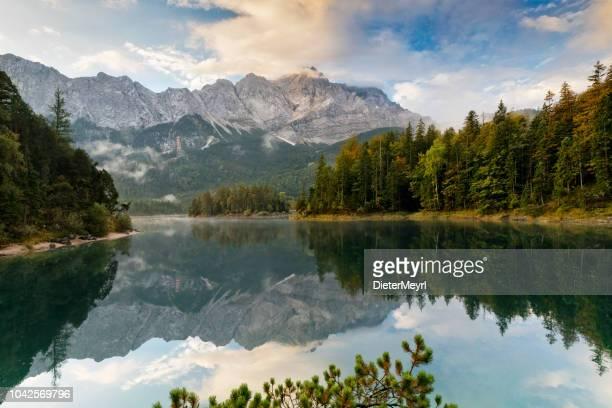 montagnes du matin pic zugspitze automne au lac eibsee près de garmisch partenkirchen. bavière, allemagne - bavière photos et images de collection