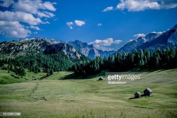 mountain plateau prato piazza in lavaredo national park, dolomites, european alps, italy - altopiano foto e immagini stock