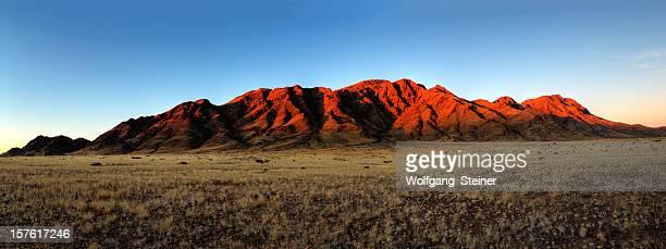 De montagnes, juste avant le coucher du soleil