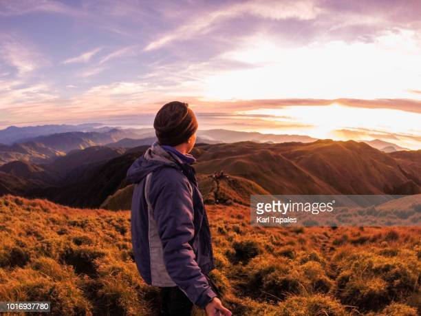mountain range sunrise with a young man - paisajes de filipinas fotografías e imágenes de stock