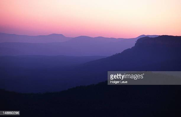 mountain ranges in blue mountains national park at dusk. - blue mountains national park stock pictures, royalty-free photos & images