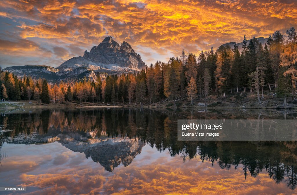 Mountain reflecting in a mountain lake at sunset. : ストックフォト