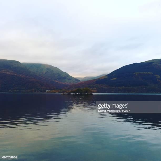 mountain reflecting in lake - maslowski stock-fotos und bilder