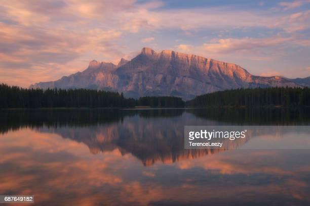 mountain reflection in two jack lake and mount rundle, banff national park, alberta, canada - süßwasser stock-fotos und bilder
