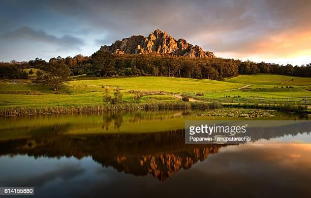 mountain reflection - タスマニア州 ストックフォトと画像