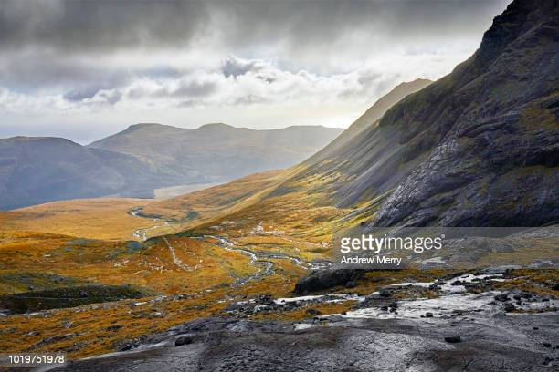 mountain ridge with sun shining in valley, isle of skye - schotland stockfoto's en -beelden