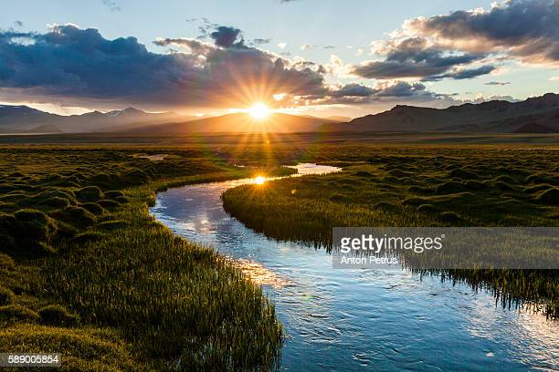 mountain river at sunset - rivier stockfoto's en -beelden