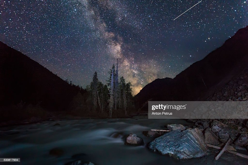 Mountain river under the stars at night : Foto stock