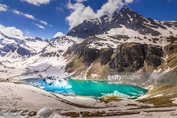 strada di montagna e lago agnel, paesaggio innevato - gran paradiso, italia - parco nazionale del gran paradiso foto e immagini stock